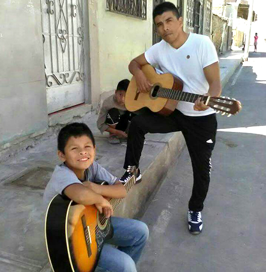 agente ensenando guitarra