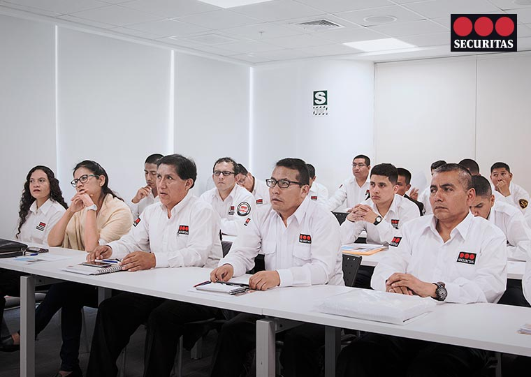 graduados con equipo instituto securitas peru